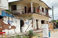 Ixtaltepec, Oaxaca. 10/09/2017.- Avanzan los trabajos de limpieza de escombros por parte de elementos de la Secretaria de Defensa Nacional (Sedena) en Ixtaltepec, Oaxaca, lugar donde la mayor parte de viviendas fueron devastadas por el sismo de 8.2 grados que se suscitara el pasado jueves 7 de septiembre, en tanto, algunas de las cientos de familias que habitan esta comunidad, comienzan a rescatar sus pocas pertenecías que les quedan para abandonarlas, ya que estos sitios se encuentran frágiles y tienen un alto riesgo de caerse.