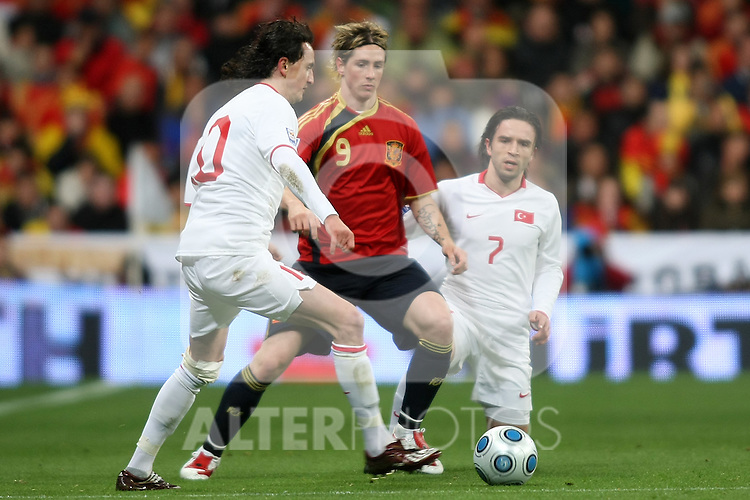 Spain's Fernando Torres (c) and Turkey's Tuncay (l) and Gonul Gokhan (r) during international match.March 28 2009. (ALTERPHOTOS/Acero).