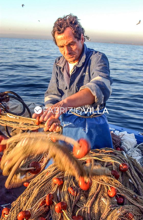 """I pescatori di """"masculine"""" del porto di Ognina a Catania. Foto Fabrizio Villa"""