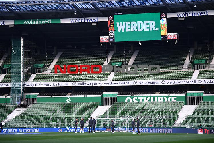Die Spielervon Leverkusen vor dem Spiel vor leeren Raengen. Sie tragen Atemschutzmasken.<br /><br />Sport: Fussball: 1. Bundesliga: Saison 19/20: 26. Spieltag: SV Werder Bremen - Bayer 04 Leverkusen, 18.05.2020<br /><br />Foto: Marvin Ibo GŸngšr/GES /Pool / via gumzmedia / nordphoto