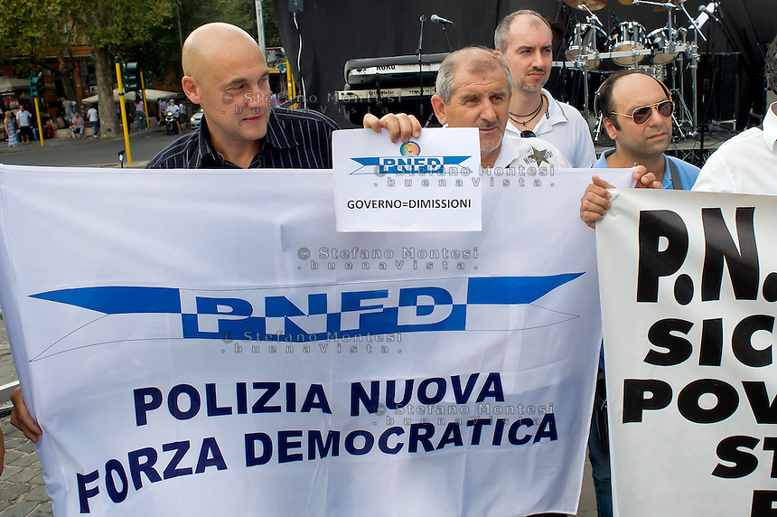 Roma 6 Settembre 2014<br />  Prima manifestazione nazionale &quot;Orgoglio Italiano&quot;.<br /> Per dire basta allo stupro della nostra patria, all' illeggittimit&agrave; della classe politica, per chiedere le dimissioni del governo, e la chiusura immediata delle frontiere italiane. Il sindacato di polizia &quot;Polizia Nuova Forza Democratica&quot; partecipa alla protesta e protestando per il blocco degli stipendi.<br /> Rome September 6, 2014 <br />  First national demostration  &quot;Italian Pride&quot;. <br /> To say stop the rape of our country, to illegitimacy of the political class, to demand the resignation of the government, and the immediate closure of the Italian borders. The police union &quot;Police New Democratic Force&quot; took part in the demostration  for protesting the blocking of wages.