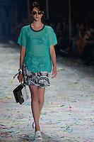 SÃO PAULO, SP, 17.04.2015 - SÃO PAULO FASHION WEEK - 2nd FLOOR -  Modelo durante desfile  da marca 2nd FLOOR  no último dia da São Paulo Fashion Week, Verão 2016 no Parque Cândido Portinari na região oeste de São Paulo, nesta sexta-feira, 17(F. oto: Adriana Spaca / Brazil Photo Press)