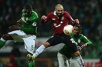 FUSSBALL   1. BUNDESLIGA   SAISON 2012/2013    20. SPIELTAG SV Werder Bremen - Hannover 96                           01.02.2013 Assani Lukimya (li) und Eljero Elia (re, beide SV Werder Bremen) gegen Sofian Chahed (Mitte, Hannover)