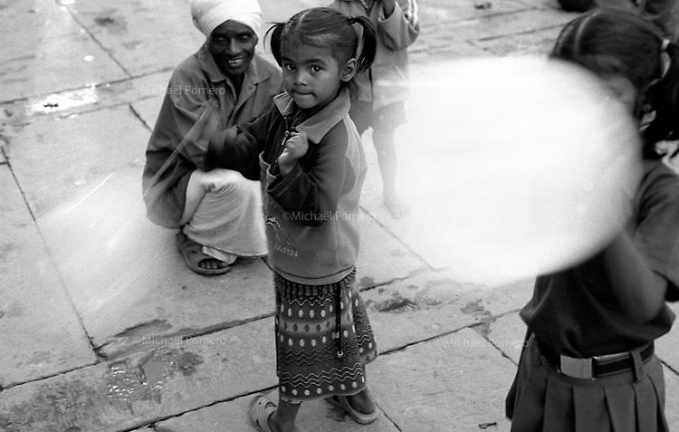 11.2008 Varanasi (Uttar Pradesh)<br /> <br /> Young girls playing with balloons.<br /> <br /> Fillettes en train de jouer avec des ballons.