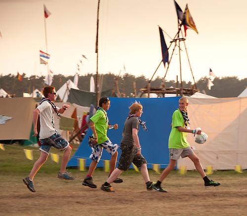 Boys jumping around. Photo: Johanna Mårtensson/Scouterna