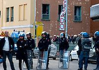 Roma 5 Aprile 2010.Occupata da CasaPound Italia la scuola 'Parinì di Montesacro abbandonata da tre anni per dare alloggi a 17 famiglie in stato di gravissima emergenza abitativa. Attivisti di CasaPuond  con caschi e bandiere  tra i cordoni degli agenti  di polizia, che li separano dalle proteste degli antifascisti.Rome April 5, 2010.Occupied by CasaPound Italy, the school 'Parini Montesacro abandoned by three years, to give housing to 17 families in serious housing crisis.  The CasaPuond activists, with helmets and flags, including the police cordons, that separating them from the protests of  the anti-fascists.