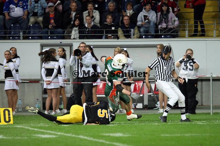Simon Sommerfeld (Kiel) wird gestoppt von Marlon Singendonk (Berlin)<br /> German Bowl XXXI Berlin Adler vs. Kiel Baltic Hurricanes, Commerzbank Arena *** Local Caption *** Foto ist honorarpflichtig! zzgl. gesetzl. MwSt. Auf Anfrage in hoeherer Qualitaet/Aufloesung. Belegexemplar an: Marc Schueler, Alte Weinstrasse 1, 61352 Bad Homburg, Tel. +49 (0) 151 11 65 49 88, www.gameday-mediaservices.de. Email: marc.schueler@gameday-mediaservices.de, Bankverbindung: Volksbank Bergstrasse, Kto.: 151297, BLZ: 50960101