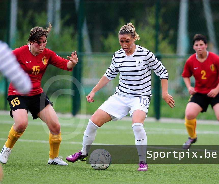 Vriendschappelijke interland vrouwenvoetbal : Belgium A - France A te Nieuwpoort ;..Camille Abily aan de bal voor Marlies Verbruggen..foto DAVID CATRY / Vrouwenteam.be