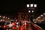 20080130 - France - Aquitaine - Bordeaux<br /> EMBOUTEILLAGES SUR LE PONT DE PIERRE, FACE A LA PORTE DE BOURGOGNE A BORDEAUX.<br /> Ref : EMBOUTEILLAGES_QUAIS_007.jpg - © Philippe Noisette.