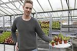 Foto: VidiPhoto<br /> <br /> BLEISWIJK &ndash; Het blijkt de ultieme oplossing voor het internationale muggenprobleem: vleesetende planten in een aquarium. De &lsquo;groene muggenvangers&rsquo; van  Chris van der Velde (20) uit Bleiswijk vliegen letterlijk de deur uit en gaan inmiddels de hele wereld over. Vader Simon, tevens waterplantenkweker, ontwikkelde vorig jaar een educatief plantenaquarium (Amazing World) voor in kinderslaapkamers met vleesetende planten. Het blijkt echter een wondermiddel tegen muggen. De zoetgeurende planten -die bij diverse kwekers worden ingekocht- in combinatie met de blauw-witte LED-lampjes lokken de muggen door een opening in de transparante deksel naar binnen. Ontsnappen is niet meer mogelijk en de planten happen toe. Waar de productie van meer dan een miljoen waterplanten (200 soorten) onder verantwoordelijkheid van vader Simon valt, runt Chris het concept met de vleeseters: Swampworld. Iedere aquarium wordt gevuld met vier verschillende insectenvreters: de bekerval, de klapval, de kleefval en de fuikval. En wie liever een 'vriendelijker' concept in huis haalt voor zijn kroost, kan in beker of bak Waterworld (waterplanten), Veggieworld (groenten) of Desertworld (cactussen) bestellen.