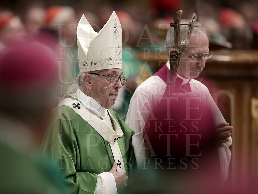 Papa Francesco arriva nella Basilica di San Pietro per celebrare la Messa di chiusura del Sinodo dei Vescovi nella Basilica di San Pietro, Città del Vaticano, 28 ottobre 2018.<br /> Pope Francis arrives to lead the Mass for the closing of the synod of bishops in St. Peter's Basilica at the Vatican, on October 28, 2018.<br /> UPDATE IMAGES PRESS/Isabella Bonotto<br /> <br /> STRICTLY ONLY FOR EDITORIAL USE
