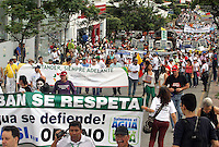 BUCARAMANGA -COLOMBIA. 15-11-2013. Ciudadanos ,estudiantes  y grupos de ambientalistas marcharon por  la ciudad en defensa del agua , medio ambiente y contra la mineria ilegal de alta montaña en el paramo de Santurban  / Citizens, students and environmental groups marched through the city to the defense of the environment and against illegal mining in the paramo mountain Santurban. Photo:  VizzorImage / Duncan Bustamante / Stringer