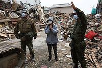 DAI14 ISHINOMAKI (JAPÓN) 07/03/2011.- Una mujer observa las labores de búsqueda de víctimas entre los escombros a los que se vió reducida su casa, en la devastada ciudad de Ishinomaki, en la prefectura de Miyagi (Japón), hoy, jueves 7 de abril de 2011. El número de muertos por el terremoto y el tsunami del 11 de marzo en el noreste de Japón se elevó hoy a 12.596, al tiempo que otras 14.747 personas siguen desaparecidas, según el último recuento policial. Además, en más de 2.000 refugios temporales continúan evacuadas cerca de 160.000 personas provenientes de las provincias nororientales de Miyagi, Iwate y Fukushima, las más devastadas por la catástrofe. EFE/DAI KUROKAWA.