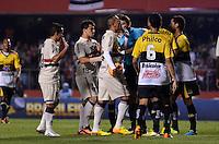 SÃO PAULO, SP, 05 DE SETEMBRO DE 2013 - CAMPEONATO BRASILEIRO - SÃO PAULO x CRICÚMA: Luis Fabiano (c) reclama de arbitragem durante partida São Paulo x Criciúma, válida pela 18ª rodada do Campeonato Brasileiro de 2013, disputada no estádio do Morumbi em São Paulo. FOTO: LEVI BIANCO - BRAZIL PHOTO PRESS.