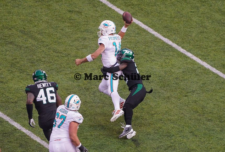 cornerback Nate Hairston (21) of the New York Jets versucht quarterback Ryan Fitzpatrick (14) of the Miami Dolphins am Pass zu hindern - 08.12.2019: New York Jets vs. Miami Dolphins, MetLife Stadium New York