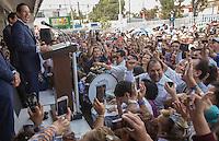Quer&eacute;taro, Qro. 14 de junio 2015.- El panista Francisco Dom&iacute;nguez Servi&eacute;n, senador con licencia y exalcalde de la capital del estado, recibi&oacute; esta ma&ntilde;ana de manos del presidente consejero del Instituto Electoral del Estado de Quer&eacute;taro, su constancia de mayor&iacute;a; lo que lo convierte en el pr&oacute;ximo gobernador del estado de Quer&eacute;taro. A la salida de la sesi&oacute;n, Dom&iacute;nguez Servi&eacute;n, siempre acompa&ntilde;ado de su hijo Francisco y su esposa Karina Castro, se dirigieron a una multitud se panistas que aguardaban en el patio-estacionamiento del &oacute;rgano electoral.<br /> <br /> <br /> <br /> Foto: Demian Ch&aacute;vez / Obture