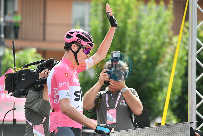 New race leader Chris Froome (GBR) Team Sky wearing the Maglia Rosa at sign on before the start of Stage 20 of the 2018 Giro d'Italia, running 214km from Susa to Cervinia is the final mountain stage, with the last three climbs of Giro 101 deciding the GC of the Corsa Rosa, Italy. 26th May 2018.<br /> Picture: LaPresse/Massimo Paolone | Cyclefile<br /> <br /> <br /> All photos usage must carry mandatory copyright credit (© Cyclefile | LaPresse/Massimo Paolone)