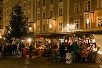 Oesterreich, Salzburger Land, Stadt Salzburg: Weihnachtsstaende in der Altstadt | Austria, Salzburger Land, Salzburg: Christmas stalls at Old Town