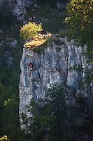 Europe/Europe/France/Midi-Pyrénées/46/Lot/Autoire: Le cirque d'Autoire et grimpeur dans la falaise