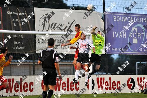 2010-09-11 / voetbal / seizoen 2010-2011 / KFC Oosterzonen - KFC Lille / Een heet standje voor het doel van Oosterzonen. Jeroen Mellemans (l) (Oosterzonen) en keeper Rob Van Hoof (r) (Oosterzonen) proberen de bal te ontzetten voor Steven Lauwers (m) (Lille)