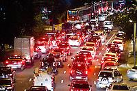 SÃO PAULO, SP, 30.04.2015 - TRÂNSITO/SP - O motorista enfrenta trânsito intenso na Avenida Rebouças sentido centro devido a manifestação na regiao central da cidade de São Paulo na noite dessa quinta-feira, 30. ( Foto: Kevin David / Brazil Photo Press ).