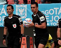 BOGOTA - COLOMBIA - 01 – 04 - 2018: Edwin Ferney Turjillo, arbitro, durante partido de la fecha 12 entre Millonarios y Atletico Bucaramanga, por la Liga Aguila I 2018, jugado en el estadio Nemesio Camacho El Campin de la ciudad de Bogota. / Edwin Ferney Turjillo, referee, during a match of the 12th date between Millonarios and Atletico Bucaramanga, for the Liga Aguila I 2018 played at the Nemesio Camacho El Campin Stadium in Bogota city, Photo: VizzorImage / Luis Ramirez / Staff.