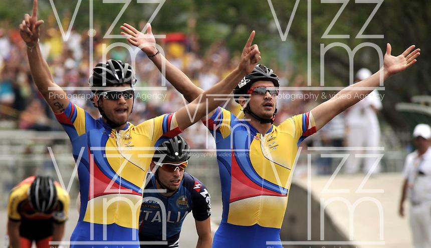 CALI - COLOMBIA - 04-08-2013: Pedro Causil (Izq.) de Colombia gana la medalla de oro en la prueba de los 500 metros mayores varones en patinaje de Velocidad en los IX Juegos Mundiales Cali, agosto 4 de 2013. (Foto: VizzorImage / Luis Ramirez / Staff). Pedro Causil (L) from Colombia  wins the gold medal in the competition of 500 meters senior men in Speed Skating in the IX World Games Cali, August 4 2013. (Photo: VizzorImage / Luis Ramirez / Staff).