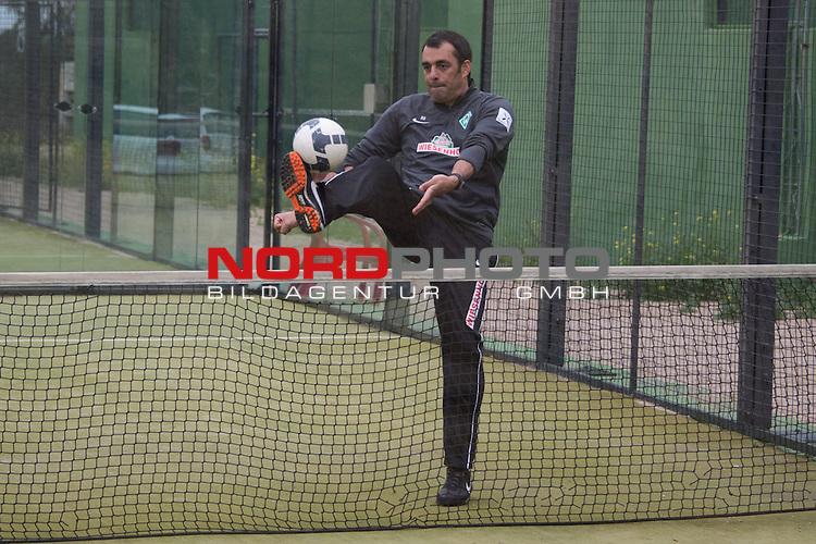 Trainingsgel&auml;nde, Jerez, ESP, 1.FBL, Trainingslager Werder Bremen 2014,  15.01.2014, <br /> <br /> Fussballtennis <br /> Robin Dutt (Trainer Werder Bremen)<br /> <br /> Foto &copy; nordphoto/ Kokenge