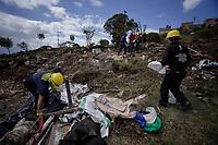 BOGOTA - COLOMBIA, 14-05-2020: Mas de 200 familias terminan el proceso de desalojo en el predio La Estancia al sur de Bogotá quedando sin ninguna yuda ni un techo donde vivir durante el día 50 de la cuarentena total en el territorio colombiano causada por la pandemia  del Coronavirus, COVID-19. / More than 200 families are evicted from a La Estancia farm at south of Bogota city and they left withoput any help and shelter to live. Today is the day 50 of total quarantine in Colombian territory caused by the Coronavirus pandemic, COVID-19. Photo: VizzorImage / Diego Cuevas / Cont