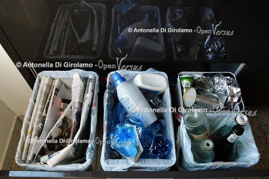 Contenitori per la raccolta differenziata di carta, alluminio, vetro e plastica, in casa. Containers for waste sorting for paper, aluminum, glass and plastic at home....