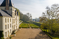 France, Sarthe (72),  Poncé-sur-le-Loir, jardin du château de Poncé en avril, le château et le jardin à la française