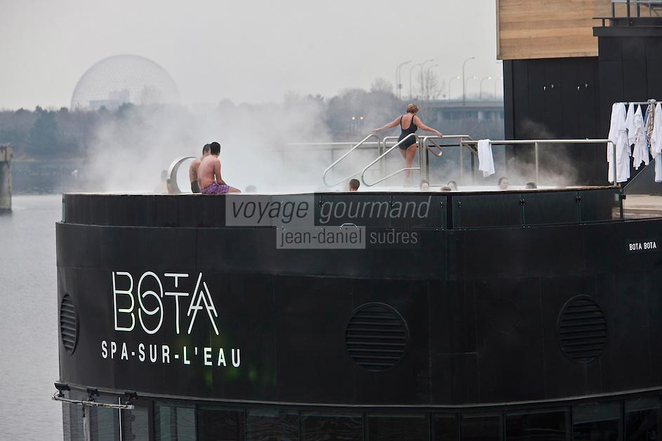 Amérique/Amérique du Nord/Canada/Québec/Montréal: Amarré aux Quais du Vieux-Port de Montréal, Bota Bota, est un spa-sur-l'eau sur le Saint-Laurent et en fond la Biosphère de Montréal  dans le Parc Jean-Drapeau