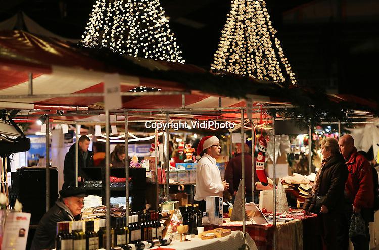 Foto: VidiPhoto<br /> <br /> ARNHEM - De grootste Kerstmarkt van Nederland, die vrijdag van start ging en drie dagen duurt, wordt voor het laatst in Rijnhal in Arnhem gehouden. Nog eenmaal is flink uitgepakt met met honderden kramen en meer dan 70.000 lampjes. De bekende en overdekte Kerstmarkt trekt ieder jaar duizenden bezoekers uit het hele land en geldt al jaren als de grootste markt op dit gebied in Nederland. Per 1 januari 2014 gaat de hal, die ieder jaar met diverse beurzen, shows en concerten zo'n 150.000 bezoekers trekt, definitief dicht. Nieuwe eigenaar is megasportzaak Decathlon.