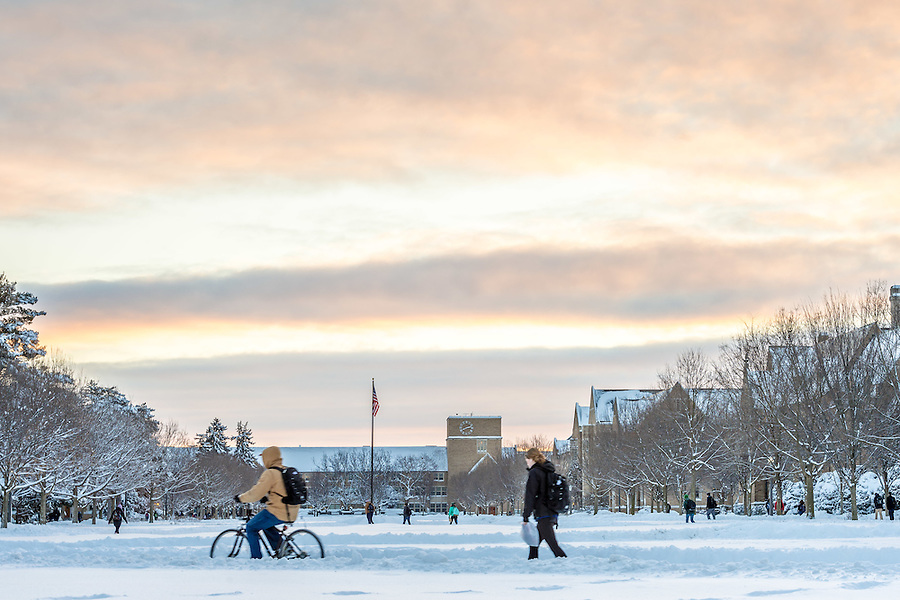 Feb. 2, 2015; Students walk to class on South Quad. (Photo by Matt Cashore/University of Notre Dame)