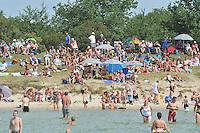 ZEILSPORT:STAVOREN: 05-08-2013, Drukte op het strandje bij Stavoren aan het IJsselmeer, ©foto Martin de Jong
