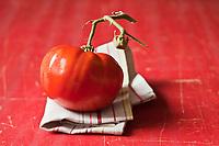 Gastronomie Générale/Tomate russe rouge - Stylisme : Valérie LHOMME