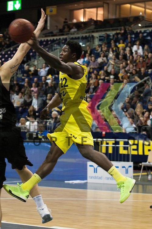 Berlins Will Cherry gibt den Ball ab<br /> <br /> 19.12.15 BEKO BBL Basketball Bundesliga, ALBA Berlin - WALTER Tigers Tuebingen <br /> <br /> Foto &copy; PIX-Sportfotos *** Foto ist honorarpflichtig! *** Auf Anfrage in hoeherer Qualitaet/Aufloesung. Belegexemplar erbeten. Veroeffentlichung ausschliesslich fuer journalistisch-publizistische Zwecke. For editorial use only.