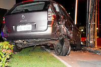 RIO DE JANEIRO, RJ, 21.11.2014 - ACIDENTE DE TRANSITO - Veiculo perde controle e bate em poste na madrugada desta sexta-feira na região oeste da cidade do Rio de Janeiro. (Foto: Marcus Victorio / Brazil Photo Press).