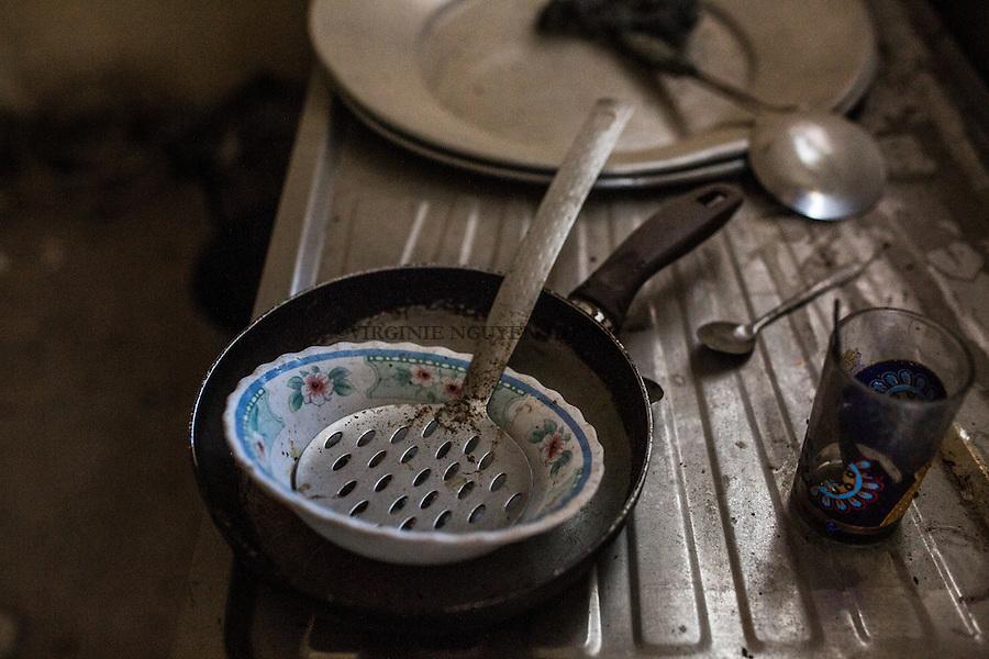 IRAK, Sheik Amir; Cooking tools of Daesh left behind after the offensive of the Peshmerga in the town of Sheik Amir, the 6th December 2016. <br /> <br /> IRAK, Sheik Amir; Outils de cuisine utilis&eacute;s par des membres de Daesh trouv&eacute;s dans une maison qu'ils habitaient dans la ville de Sheik Amir, le 6 d&eacute;cembre 2016.
