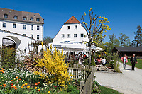 Deutschland, Bayern, Oberbayern, Chiemgau, Chiemsee: Insel Frauenchiemsee auch Fraueninsel genannt, Biergarten des Klosterwirts | Germany, Bavaria, Upper Bavaria, Chiemgau, Lake Chiem: island Frauenchiemsee, beer garden Klosterwirt