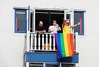 Nederland  Utrecht - 2018. Voor het tweede jaar vaart de Utrecht Canal Pride door de binnenstad. Enthousiaste toeschouwers bij het raam.   Foto mag niet in negatieve / schadelijke context gepubliceerd worden.   Foto Berlinda van Dam / Hollandse Hoogte.