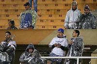 SAO PAULO, SP 25 SETEMBRO 2013 - CORINTHIANS X GREMIO - Torcedores do Corinthians enfrentam frio e garoa, na noite de hoje, 25, no Estádio do Pacaembú. Partida válida pelas quartas de finais da Copa do Brasil. foto: Paulo Fischer/Brazil Photo Press.