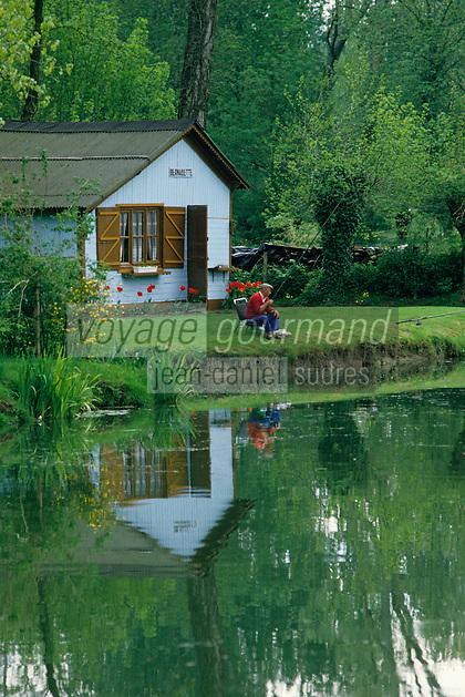 Europe/France/Poitou-Charentes/79/Deux-Sèvres: Pêcheur et cabanon dans le marais poitevin