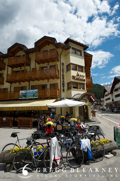 Having lunch around the corner from team Saxo bank's hotel at the base of Paso Giau.