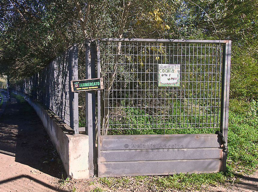 Palermo: entrata dell'orto urbano condiviso nella periferia nord.<br /> Palermo: community garden within the city, the entrance