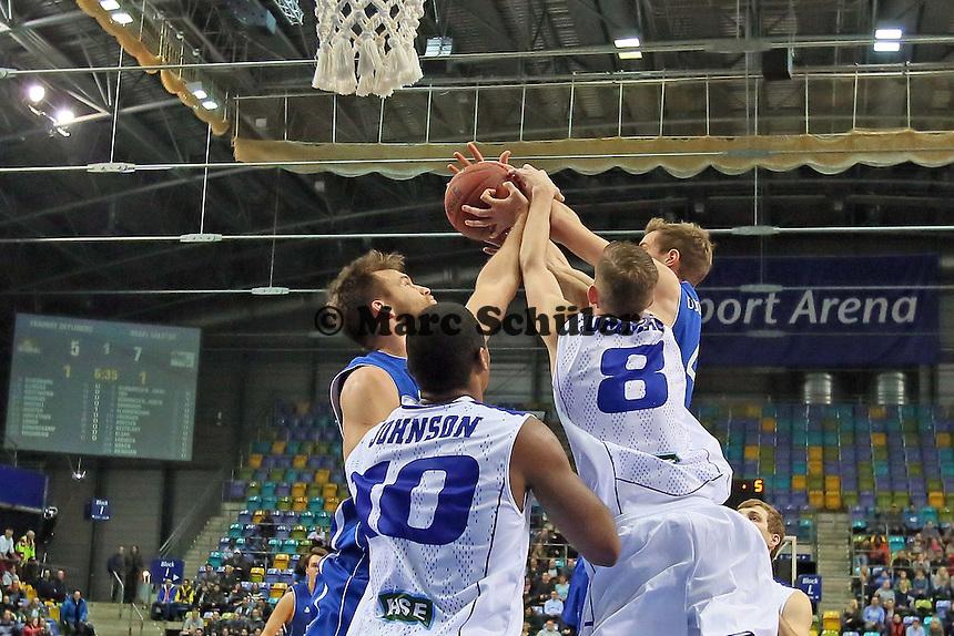 Danilo Barthel und Aaron Doornekamp (Skyliners) kämpfen mit Tyren Johnson und Lee Cummard (Aalstar) um den Ball - Fraport Skyliners vs. Okapi Aalstar, Fraport Arena Frankfurt