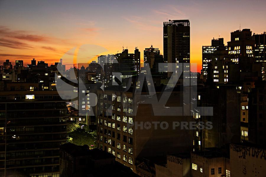 SÃO PAULO, SP, 17.06.2016 - CLIMA-SP - Pôr do Sol visto a partir do centro de São Paulo (SP) nesta sexta-feira (17). (Foto: Adailton Damasceno/Brazil Photo Press)