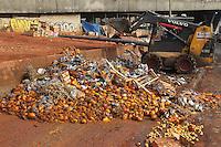SAO PAULO, SP, 27 DEZEMBRO 2012 - LIXO -  Na manhã desta quinta- feira (27) na Avenida do Estado, próximo ao Mercado Municipal de São Paulo, frutas e legumes foram jogados irregularmente na calçada. A quantidade de alimentos jogados era tão grande, que foram necessárias duas retroescavadeiras para fazer a limpeza do local. (FOTO: LUIZ GUARNIEIRI / BRAZIL PHOTO PRESS).