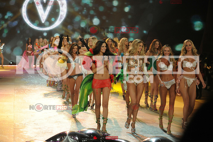 NON EXCLUSIVE PICTURE: MATRIXPICTURES.CO.UK.PLEASE CREDIT ALL USES..UK RIGHTS ONLY..Models Miranda Kerr, Adriana Lima, Doutzen Kroes, and Candice Swanepoel are pictured on the runway during the 2012 Victoria's Secret lingerie fashion show, held at New York's Lexington Avenue Armory. ..NOVEMBER 7th 2012..REF: GLK 125134 /NortePhoto