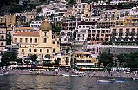 Europe/Italie/Côte Amalfitaine/Campagnie/Positano : Le village, la plage et S. Maria Assunta et sa coupole de Majolique